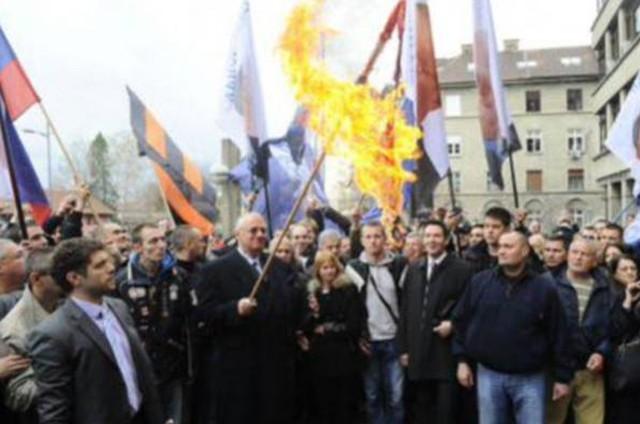 Šešelj-spalio-Hrvatsku-zastavu-640x424