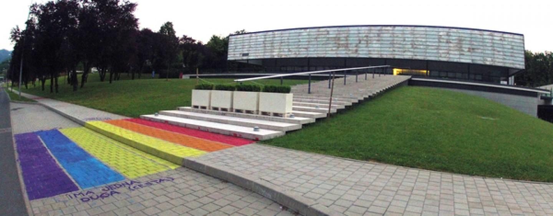 LGBT DUGA ISPRED ZGRADE BISKUPSKE KONFERENCIJE