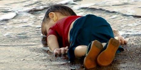 Izbjeglika kriza u EU 2015 god mrtvi kurdski djeak Ajlin na tuskoj obali u lejto 2015 god_zps7etqlhn2