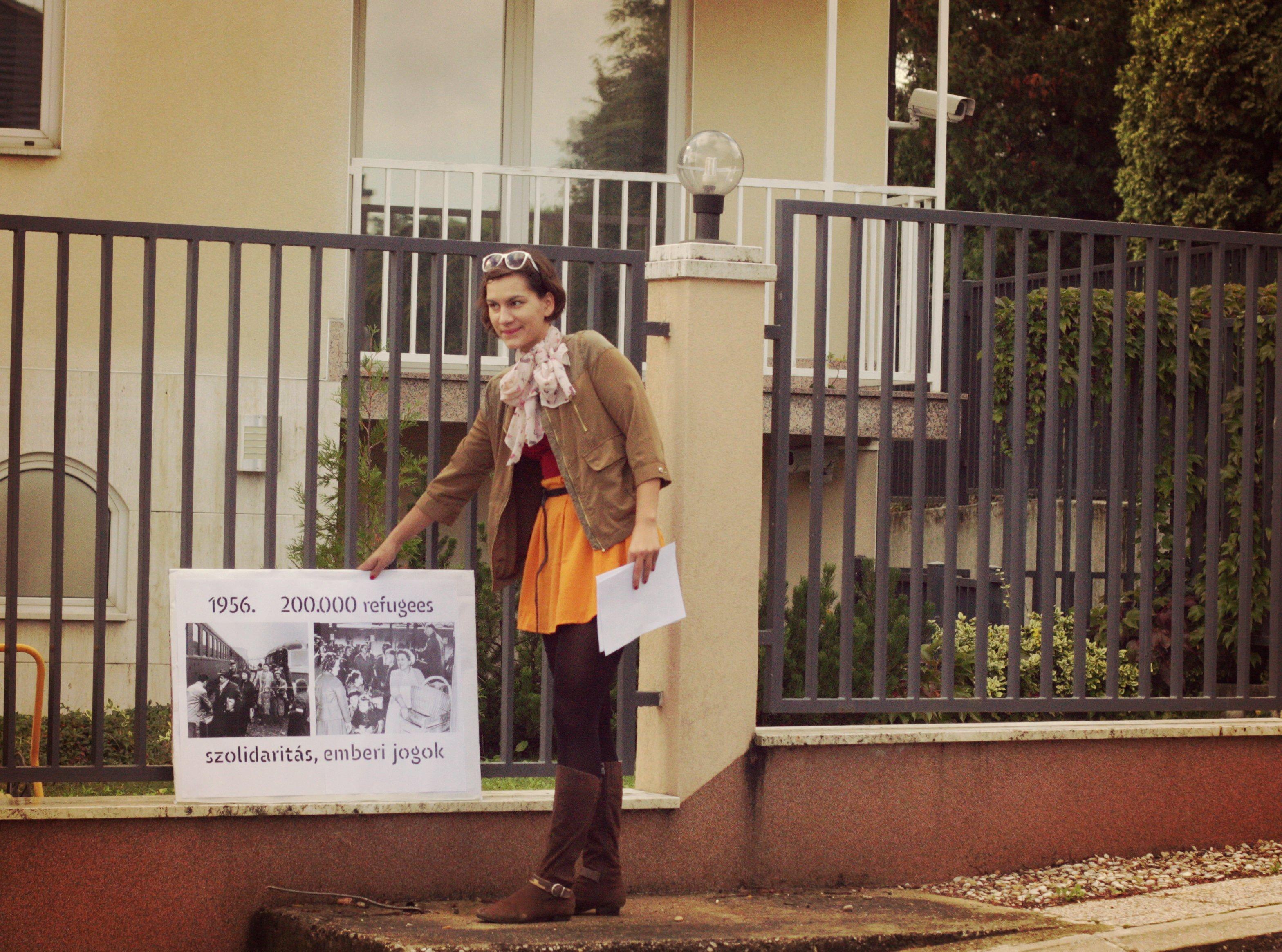 Iva Kvakić ispred Veleposlanstva Mađarske