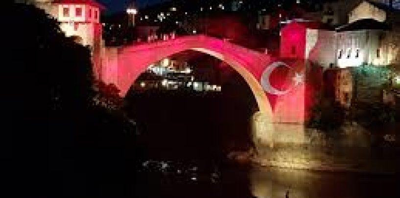 MOSTARSKI MOST U BOJAMA TURSKE ZASTAVE