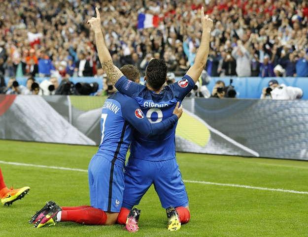 epa05406078 Olivier Giroud (R) of France celebrates with teammate Antoine Griezmann (L) after scoring the 1-0 goal during the UEFA EURO 2016 quarter final match between France and Iceland at Stade de France in Saint-Denis, France, 03 July 2016. (RESTRICTIONS APPLY: For editorial news reporting purposes only. Not used for commercial or marketing purposes without prior written approval of UEFA. Images must appear as still images and must not emulate match action video footage. Photographs published in online publications (whether via the Internet or otherwise) shall have an interval of at least 20 seconds between the posting.) EPA/ETIENNE LAURENT EDITORIAL USE ONLY