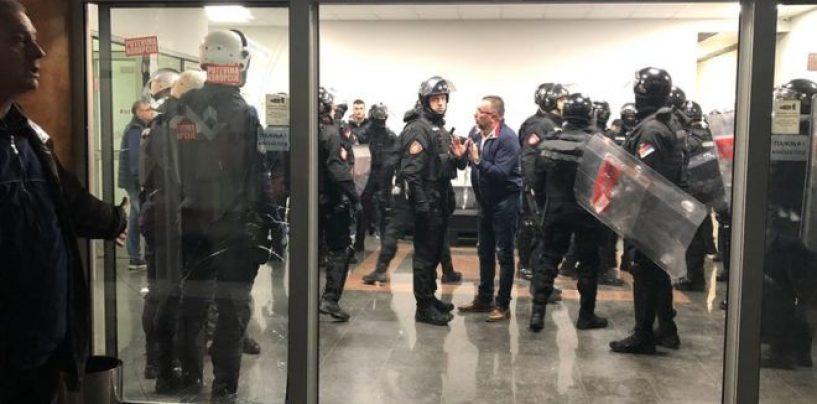 U BEOGRADU POLICIJA ZAUSTAVILA DEMONSTRANTE U OSVAJANJU DRŽAVNE TELEVIZIJE